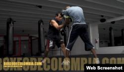 El entrenador cubano de boxeo, Eufracio 'Franco' González (i) junto al boxeador colombiano Breidis Prescott (d).