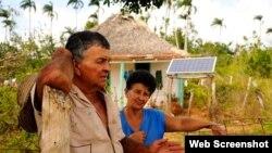 Campesinos de Cunagua en el municio Bolivia, de Ciego de Avila, recibieron un panel solar para su bohío