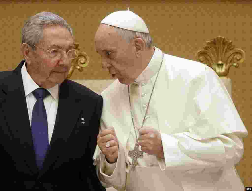 Su Santidad Francisco conversa con Raúl Castro.