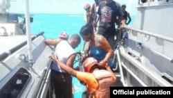 La Armada de México rescató a 12 balseros cubanos a bordo de una balsa rústica.