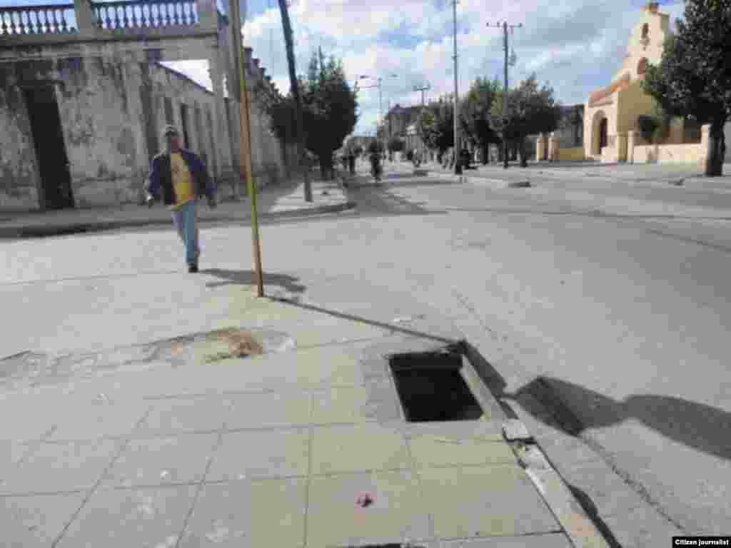 Reporta Cuba Alcantarillados sin tapas que pueden provocar accidentes Camaguey Foto D de la Celda