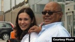 Pablo Milanés y su esposa Nancy Pérz durante una visita a Perú