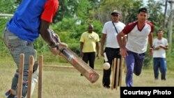 Jugando cricket en Guantánamo, Cuba.