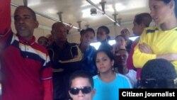 Opositores recluidos en un ómnibus; 13 mujeres y 16 hombres. Foto: Goerdanis Muñoz.