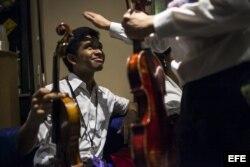 Fotografía del 16 de noviembre de 2014 que muestra a Arteaga antes de un concierto de la orquesta Sinfónica de Caracas en el Teatro Konserthuset de Gotemburgo, Suecia.