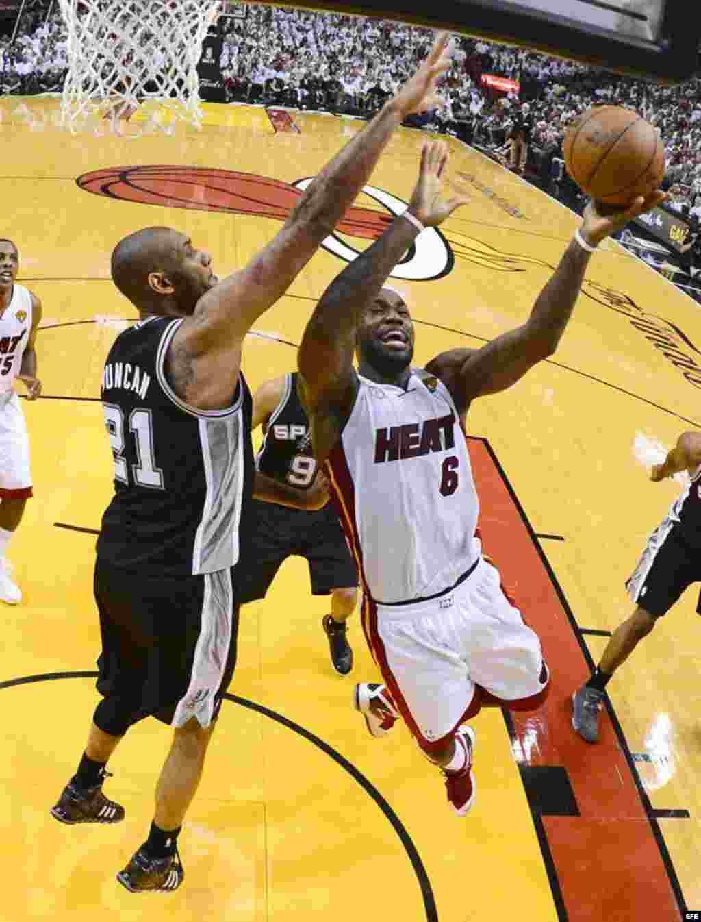 Tim Duncan (i) de los San Antonio Spurs contra LeBron James (d) de los Miami Heat, en el segundo juego de Las Finales de la NBA.