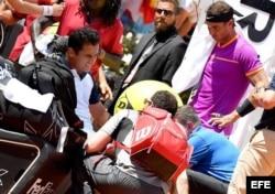 El tenista español Nicolás Almagro (i) recibe asistencia médica durante su partido frente a su compatriota Rafael Nadal (d).