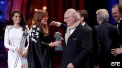 """La directora Isabel Coixet recibe el premio a la Mejor Película por """"La Librería"""" de manos de Carlos Saura, durante la 32 Edición de los Premios"""