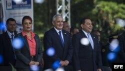 El presidente de Guatemala, Otto Pérez Molina (c), acompañado de la vicepresidenta de Guatemala, Roxana Baldetti (i), y ministro de Gobernación, Mauricio Lopez Bonilla.