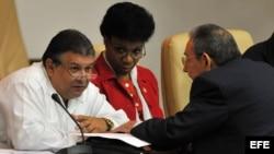 Marino Murillo conversa con Raúl Castro en la Asamblea Nacional del Poder Popular