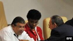 Marino Murillo conversa con Raúl Castro en la Asamblea Nacional del Poder Popular del régimen cubano.