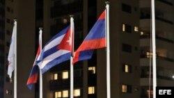 Fotografía de la bandera de Cuba izada en la Villa Olímpica de Río 2016.