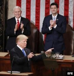 Trump, acompañado por el vicepresidente Mike Pence (i) y el presidente de la Cámara de Representantes Paul Ryan (d).