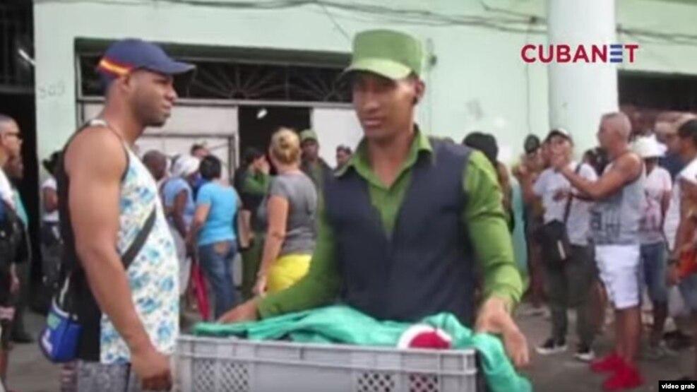 """Agentes policiales decomisan la mercancía a los cuentapropistas de la tienda """"Lindo Amanecer"""", en La Habana Vieja. (Captura de video/Cubanet)"""