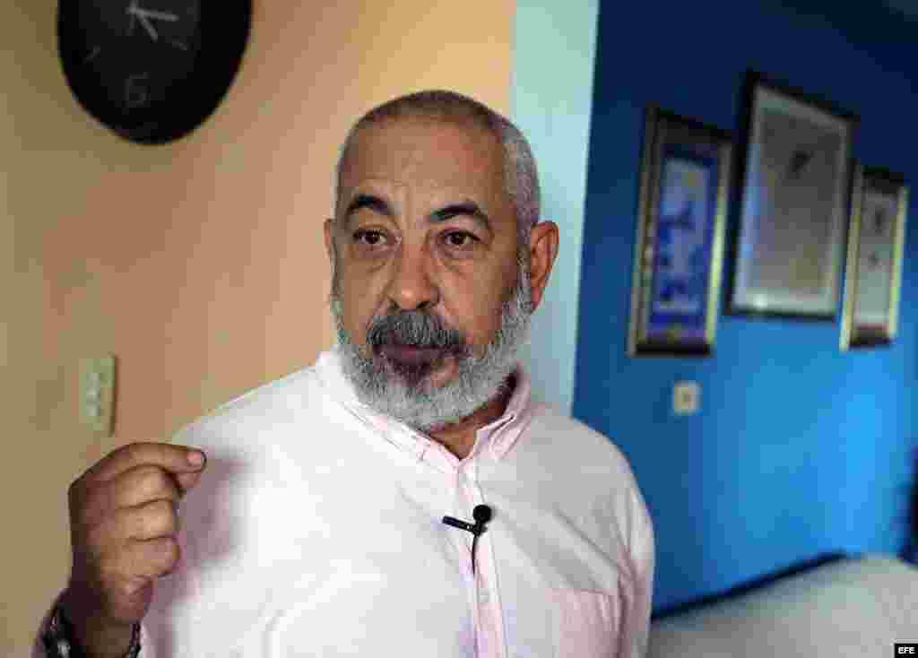 El escritor cubano Leonardo Padura conversa con Efe en La Habana (Cuba). Artistas y escritores cubanos ven con ilusión la apertura con EEUU.