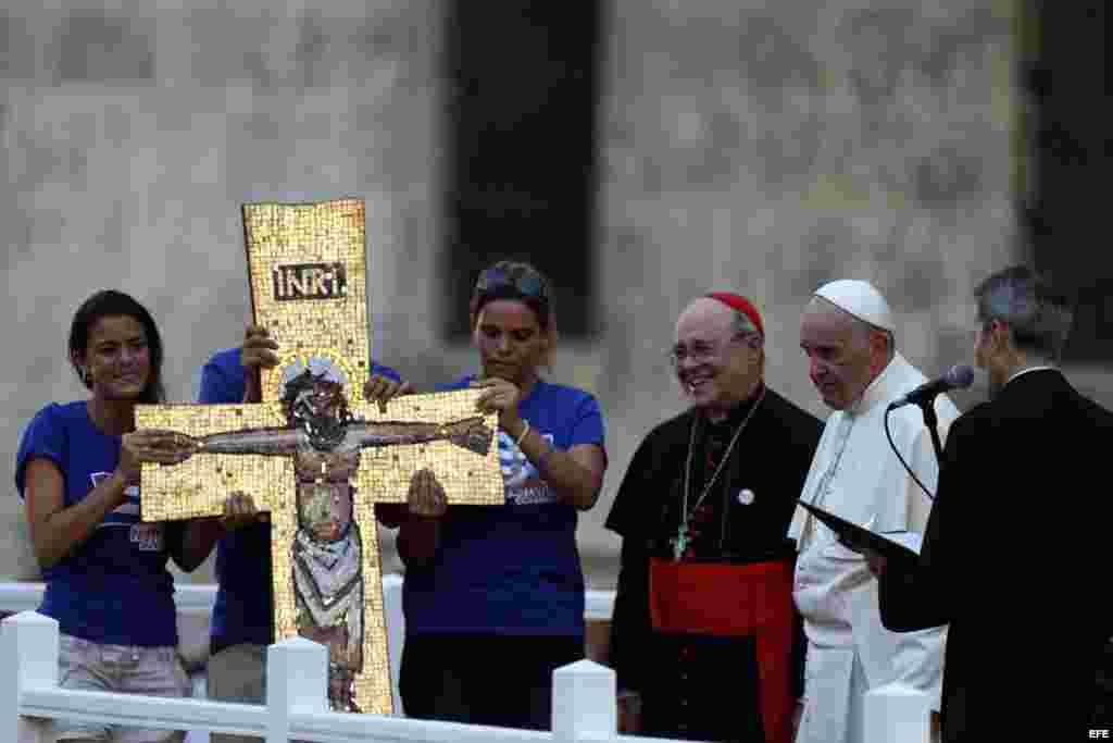- Jóvenes le regalan una cruz al papa Francisco hoy, domingo 20 de septiembre de 2015, en el Centro Cultural Padre Félix Varela, en La Habana (Cuba). EFE/Orlando Barría