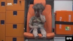 Niño herido de 5 años, sentado en una ambulancia tras ser rescatado en Alepo.