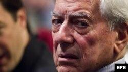 Panel del foto sobre democracia y libertad en Caracas, donde participa Vargas Llosa.