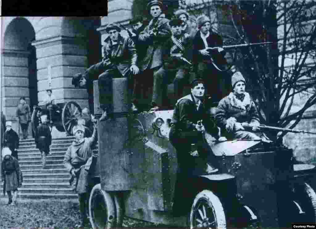 Guardias Rojos frente al Instituto Smolny, centro de la Revolución de Octubre.