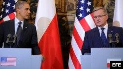 El presidente estadounidense, Barack Obama (izq9, da una rueda de prensa junto a su homólogo polaco, Bronislaw Komorowski (dcha), en el Palacio Belvedere de Varsovia (Polonia).