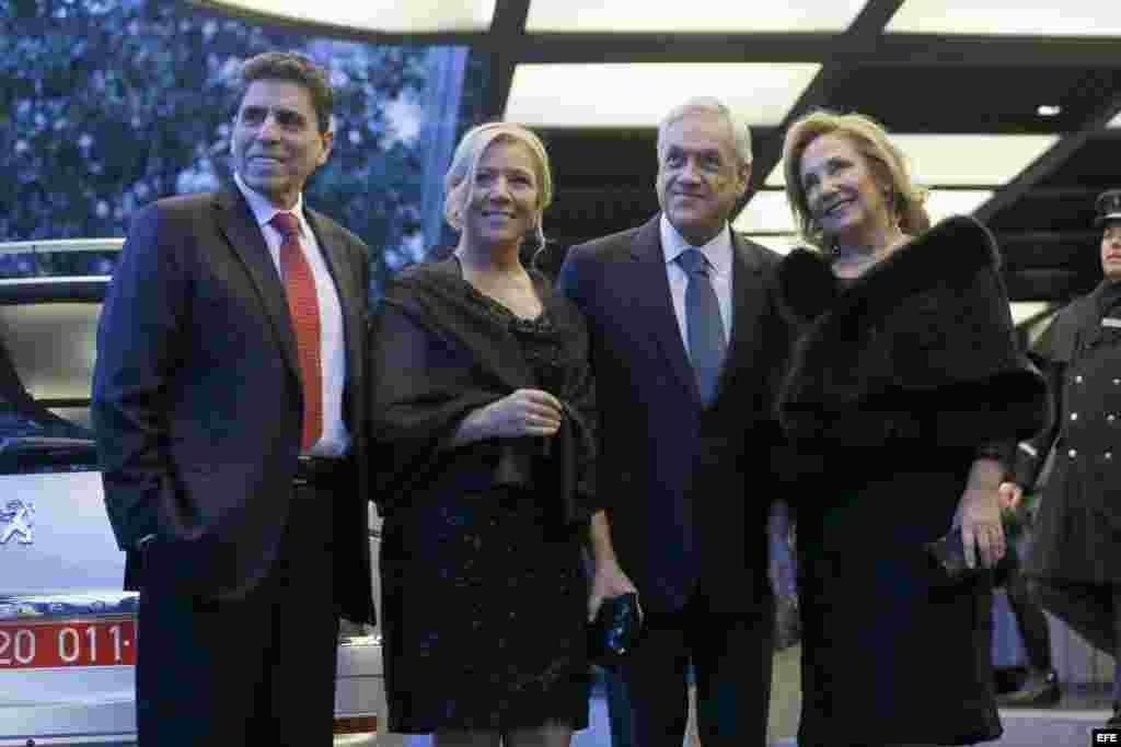 El expresidente de Chile Sebastián Piñera (2d), su mujer Cecilia Morel (d), junto al político y escritor Mauricio Rojas (i) y su pareja,