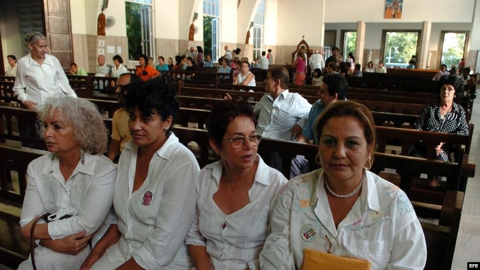 FOTO ARCHIVO. De izq. a der. la opositora Maiber Padilla, y las Damas de Blanco, Clara Lourdes Prieto, Mirian Leiva y Alida Viso el 15 de febrero de 2008, en una misa en la iglesia de Santa Rita, en La Habana.