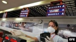 Foto ARCHIVO. En otras ocasiones se han extremado las medidas sanitarias en el Aeropuerto internacional José Martí, ante la amenaza de epidemias.