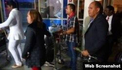 Los médicos cubanos llegan al país en medio del malestar de locales por el contrato con Cuba.