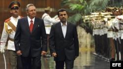 El gobernante Raúl Castro recibe al presidente iraní, Mahmoud Ahmadinejad, en La Habana en enero del año pasado.