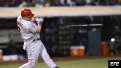El jugador de Angelinos Kendrys Morales rompe su bate hoy, lunes 21 de mayo de 2012, durante la sexta entrada de un partido ante Atléticos por la MLB en el O.co Coliseum in Oakland, California (EE.UU.).