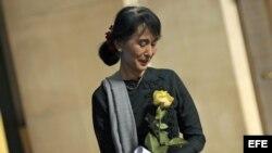 Aung San Suu Kyi sostiene una rosa amarilla el sábado 22 de septiembre de 2012, en la universidad de Columbia (EE. UU.).