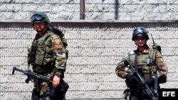 Archivo -= Miembros del ejército colombiano vigilan las calles de Bogotá (Colombia).