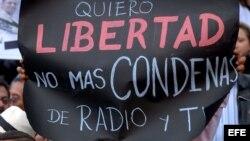 ARCHIVO. Un grupo de personas protesta en Quito (Ecuador), contra la nueva Ley de Comunicación.