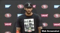 Colin Kaepernick viste una camiseta, que conmemora la reunión que sostuvieron en 1960 Fidel Castro y Malcolm X, en Nueva York.
