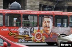 Archivo - Un autobús con el retrato de Stalin en San Petersburgo.