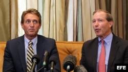 Los senadores estadounidenses Tom Udall (d) y Jeff Flake ofrecen una rueda de prensa en La Habana tras visitar al estadounidense encarcelado en Cuba Alan Gross.