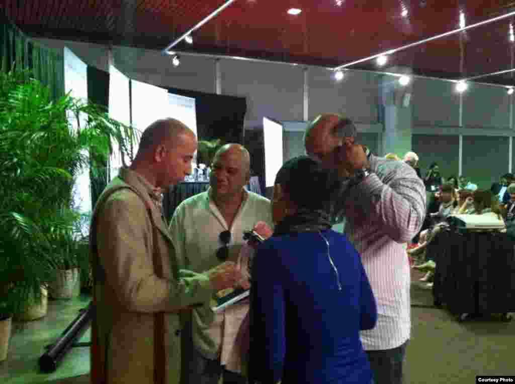 Conversamos con uno de los escritores cubanos que lanzaba su libro esa noche.