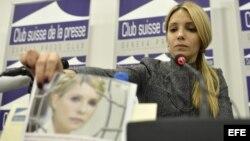 Yevgenia Tymoshenko, hija de la encarcelada ex primer ministro ucraniana Yulia Tymoshenko, comparece ante los medios en el Club de Prensa de Ginebra, Suiza.