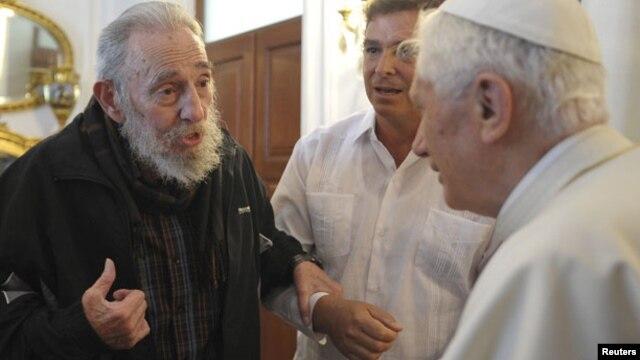 El Papa junto a Fidel Castro.