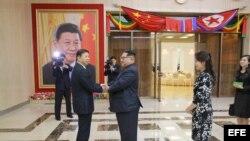 Kim Jong-un aboga por consolidar lazos con Pekín en evento de artistas chinos. Archivo.