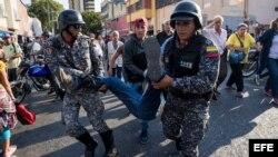 Teodoro Campos, jefe de seguridad del candidato presidencial Henri Falcón, es transportado por miembros de la Policía Nacional Bolivariana (PNB) luego de que un grupo de personas atacaran a quienes participaban en el acto de campaña de Falcón hoy, lunes 2