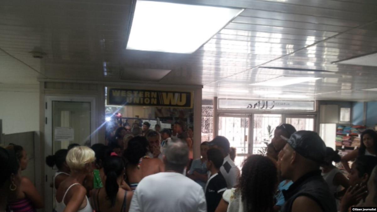 La protesta frente a una oficina de western union for Oficinas western union barcelona