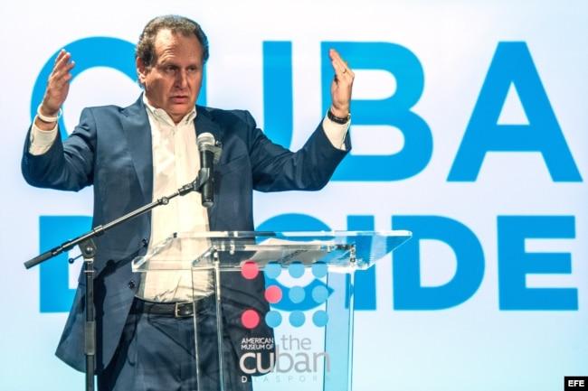 El excongresista Lincoln Díaz-Balart habla durante el acto organizado por el movimiento Cuba Decide.