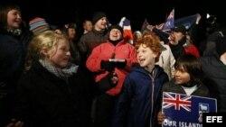 Varias personas se congregaron para celebrar el lunes 11 de marzo de 2013, en Puerto Standley (Malvinas), tras conocer el resultado del referendo celebrado del 10 y el 11 de marzo, en el que casi un 100 % de los malvinenses que votaron apoyó que el archip