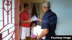 Activistas del ICLEP repartiendo los boletines.