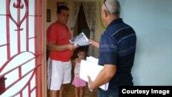 Activistas del ICLEP repartiendo los boletines