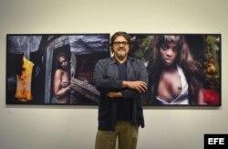 El fotógrafo italiano Paolo Titolo posa ante varias de sus obras.