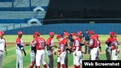 Occidentales y Diablos Rojos se saludad en el Estadio Latinoamericano.