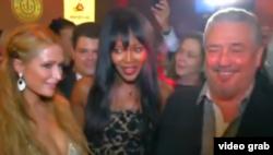 En la foto detrás de Naomi Campbell, a la izq. Fidel Antonio Castro Smirnov y a la derecha, Deborah Castro Espín.