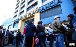 Ciudadanos cubanos esperan a sus compatriotas en las afueras de la Unidad de Flagrancia, en Quito.